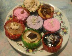 Cupcakes caseros .decoración  :crema batida con colorante ,etc...