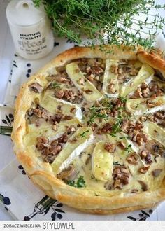 Tarta z pieczarkami, serem camembert i orzechami 1 op… na Stylowi.pl Vegetarian Recipes, Snack Recipes, Cooking Recipes, Queso Camembert, Quiche, Eat Happy, Good Food, Yummy Food, Pizza