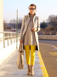 Love everything,yellow pants,the glasses,the coat,the look...retro  Simple neutral and lemon yellow outfit.