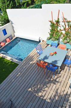 Petite piscine carrée et terrasse colorée.Colorfull terrace with swimming pool Provence une terrasse colorée avec piscine Mini Swimming Pool, Swiming Pool, Mini Pool, Swimming Pool Designs, Small Terrace, Small Outdoor Spaces, Small Backyard Pools, Small Pools, Wooden Terrace