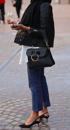 Street Fashion Trends The Raw Straight Cut Jeans Trend Fashion, Fashion Bags, Love Fashion, Fashion Outfits, Fashion Handbags, Street Style Trends, Straight Cut Jeans, Fashion Advice, Lady