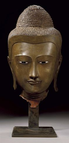 A MONUMENTAL BRONZE HEAD OF BUDDHA SHAKYAMUNI - BURMA, MANDALAY STYLE, LATE 18TH/EARLY 19TH CENTURY.