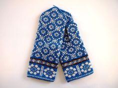 beautiful blue Latvian style mittens with white snowflake motif Knitted Mittens Pattern, Knit Mittens, Knitted Gloves, Knitting Stitches, Knitting Yarn, Hand Knitting, Wrist Warmers, Hand Warmers, Fair Isle Knitting