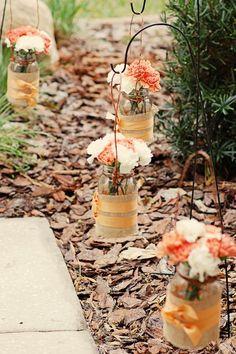 Step by step tutorials on decorating your wedding with mason jars. Mason Jars para la decoración de bodas al aire libre con las instrucciones para hacerlas.