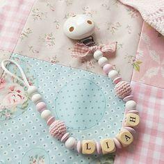 Für meine Nichte. Willkommen im Leben, süße Liah.. #schnullerkette #baby #decke #babydecke #genäht #crafted #fabric #stoff #gehäkelt #holzperlen #handmade #schleife #craft #nichte #rosa #blau #babyblau #weiß #taupe #geschenke #geburt #newborn #mädchen #gestrickt