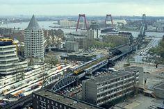 Het Luchtspoor in Rotterdam op 1 november 1986. De Willemsbrug, de Hef, Station Blaak en markt. Nu staat hier de nieuwe markhal. Foto: Wim van der Ent.