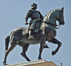 In Fiorentina's Piazza del Reale (King's Square), we have an equestrian statue honouring the patriarch of the royal family, King Edmond I (The Great).