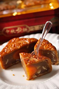 white lotus paste with egg yolk mooncake Springerle Cookies, White Lotus, Mooncake, Good Find, Mid Autumn Festival, Fun Food, Jelly, Cooking Recipes, Chinese