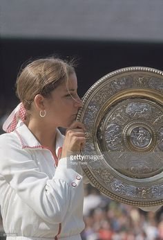 First Wimbledon title ~ 1974 ~ Chris Evert - brought the feminine touch and frilly knickers, to tennis. What a champion! Jimmy Connors, Us Open, Tennis Trophy, American Tennis Players, Tennis Legends, Ivy League Style, Wimbledon Tennis, Vintage Tennis, Female Hero