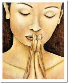 Pon las manos frente a tu boca, como si fueras a rezar. Relájate, echa de la mente toda preocupación. Sopla suavemente sobre tus manos, como si con ellas quisieras