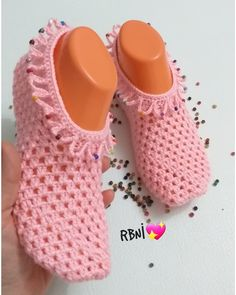 Knitted Slippers, Slipper Socks, Socks And Sandals, Crochet Shoes, Bead Crafts, Crochet Baby, Crochet Projects, Free Pattern, Baby Shoes