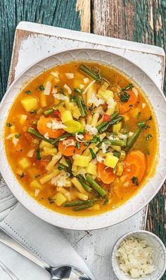 Step by Step Rezept: Bunte Minestrone mit viel frischem Gemüse und Käse. Veggie / Vegetarisch / 30 Minuten / Schnell / Gesund / Low Carb / Kalorienarm / Suppe / Italienisch / Kochen #hellofreshde #gesund #veggie #vegetarisch #lowcarb #kalorienarm #gesund #rezept #diy #kochen