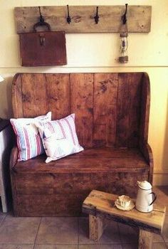 Coat hooks above the monks bench? Pallet Furniture, Furniture Plans, Rustic Furniture, Furniture Assembly, Easy Wood Projects, Home Projects, Monks Bench, Handmade Furniture, Decoration