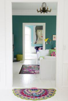 Hemma hos Charlotte i Odense hittar vi en kavalkad av härliga färger. Hennes mål var att skapa ett happy home...