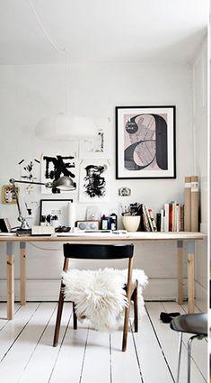 Schaffell macht den Schreibtisch im Homeoffice gleich gemütlicher.