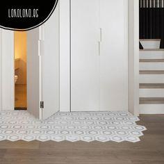 """Vinilo adhesivo decorativo especial para suelos, imitación de baldosas antiguas un mosaico elegante, un toque desgastado, de color gris y blanco, ideal para suelos de cocina, baño... se pueden lavar, no resbalan... un """"Do it your self"""" """"Hazlo tú mismo"""" perfecto para dar un toque nuevo a tu casa. #viniloparasuelos #lokolokodecora #imitacionazulejos #vinilopatronceramico"""