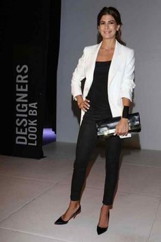 Juliana Awada, Black and White Outfit, Pointed toe pumps, Beauty in High Heels Casual Chic, Style Casual, Casual Outfits, Fashion Outfits, My Style, Fashion Trends, Over 50 Womens Fashion, Fashion Over 50, Office Fashion