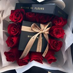 A Fine Romance - Surprise someone special with romantic jewellery and red roses. A Fine Romance, Luxury Flowers, Roses Luxury, Rich Lifestyle, Luxury Lifestyle, Millionaire Lifestyle, Deco Floral, Flower Boxes, Bvlgari
