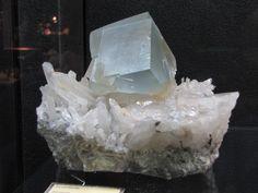 Cubo di fluorite su quarzo ialino o selenite.