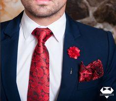 Nyakkendő Zsebkendő Dísztű Piros Paisley, 3 darabos készlet  Férfiaknak szükséges teljes kellékcsomag, ami nyakkendőből, zsebkendőből virágot ábrázoló dísztűből áll. Különleges motívumokat tartalmazó férfi kellékek, amelyeket különleges eseményeken viselik. A csomagot Gent's Club ajándék zacskóban kínáljuk, amihez tanácsokat tartalmazó szórólapot is ajándékozunk a nyakkendő megkötéséhez és a zsebkendő különböző formájú összehajtásához. Tie Set, Pocket Square, Lapel Pins, Paisley, Floral Tie, Mens Fashion, Fashion Tips, David Gandy, Club