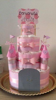 torta di pannolini a forma di castello per bambina