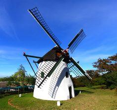 The windmill, known as Mostert's Mill in Cape Town is the only working windmill in Africa, south of the Sahara/ Ветряная мельница Mostert's Mill в Кейптауне является единственной действующей мельницей в Африке, к югу от Сахары.