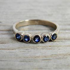 Danza de zafiros hermosa 3mm azul a través de esta opción de oro blanco paladio 14k. Cada piedra es de 3mm de ancho, y trabajan muy bien apilados juntos, usado con un solitario como una banda de boda o aniversario, o apenas llano y golosina en su propio.  Es más amplia, este anillo es de 3,5 mm.