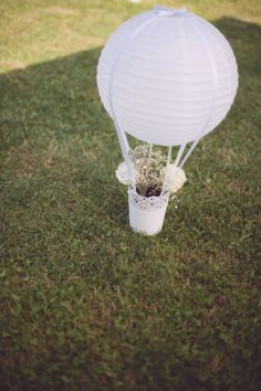 hot air balloon decoration with paper lantern // photo: Infraordinario