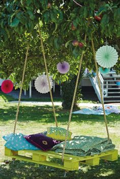 Enjoy the summer weather and make your back yard an oasis with this pallet swing! Get the family together and try other projects from Happy Home Outside.