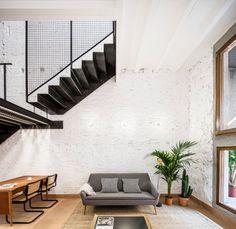 Das Wohnzimmer wirkt durch die doppelte Deckenhöhe größer, als es tatsächlich...
