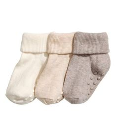 Fine-knit socks in a soft cotton blend with a foldover shaft.) The socks are made partly from organic cotton. Newborn Fashion, Toddler Fashion, Kids Fashion, H&m Fashion, Fashion Online, H & M Kids, Baby Play Areas, Coton Bio, Slim Fit Pants