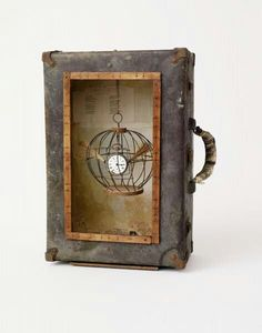 Koffer met inhoud Best Shadow Box Ideas You Did Not Know About military shadow box ideas Shadow box ideas (memory box ideas) Tags: Shadow Box Ideas diy, Shadow Box Ideas baby, Shadow Box Ideas memorial, military Found Object Art, Found Art, Arte Assemblage, Book Art, Shadow Box Art, Recycled Art, Altered Art, Altered Tins, Mixed Media Art