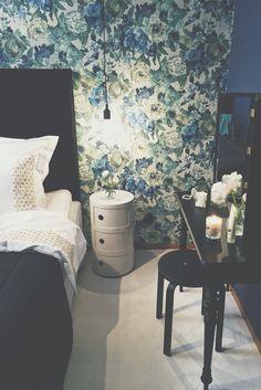 Karin Mannerstål sovrumsinredning där hon tapetserat med en vackert mönstrad tapet och målat med en dov mörkblå väggfärg i Äntligen hemma.