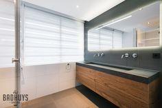 Moderne badkamer met robuust maatwerk meubel, Het Badhuys Breda | Het Badhuys