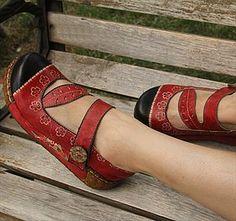 Обувь : Туфли на платформе с тупым носком и ремешком на подъеме, украшенные цветочным рисунком