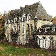 Chateau de Singes ( Castle of Monckeys ), perfecto para restaurar, Normandía. Abandoned Mansion For Sale, Old Abandoned Houses, Abandoned Castles, Abandoned Buildings, Abandoned Places, Old Houses, Beautiful Architecture, Beautiful Buildings, Beautiful Places