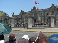 Президентский дворец. Мы в ожидании выхода в народ первых лиц государства в честь Дня город. Лиме 487 лет.