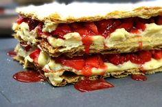 Be sure that this fresh and perfectly crispy strawberry mille-feuille filled with homemade pastry cream, won't last a day. Homemade Pastries, Sweets Cake, My Dessert, Hot Dog Buns, Healthy Recipes, Healthy Meals, Strawberry, Favorite Recipes, Bread