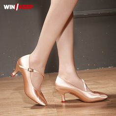 Encontrar Más Zapatillas de baile Información acerca de 2018 nuevos zapatos  de Baile Estándar de mujer de satén de tacón alto zapatos de baile de salón  de ... e99bee5f9f32