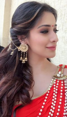 456 Best Bridal Accessories images in 2020 Indian Jewelry Earrings, Jewelry Design Earrings, Gold Earrings Designs, Indian Wedding Jewelry, Ear Jewelry, Bridal Earrings, Fashion Earrings, Bridal Jewelry, Fashion Jewelry
