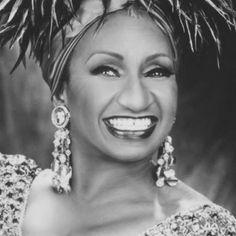 Celia Cruz (La Habana, 1924 – Fort Lee, Estados Unidos, 2003) Cantante cubana, una de las más grandes intérpretes de música latina del siglo XX. Ya en la década de 1950 cobró popularidad como vocalista de La Sonora Matancera, una de las orquestas punteras de la Cuba de Batista; el advenimiento de la revolución cubana (1959) forzó su exilio a los Estados Unidos, donde se vinculó a los artistas latinos de Fania All-Stars e inició su carrera en solitario.