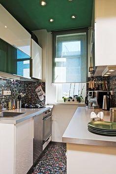 Do tak malého prostoru majitelé správně zvolili světlou kuchyňskou sestavu ve vysokém lesku, která světlo nepohlcuje, ale naopak odráží.