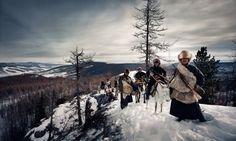 De Brits-Nederlandse fotograaf Jimmy Nelson trok drie jaar lang door 44 landen om 35 inheemse stammen te fotograferen. Het resultaat bundelde hij in zijn boek 'Before They Pass Away'.