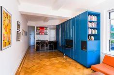 Что делать, если нужны четыре полноценных комнаты: кухня, гостиная, кабинет и спальня, а квадратных метров при этом катастрофически не хватает? Таким вопросом задался владелец этой квартиры, площадь которой — всего 37 квадратных метров https://roomble.com/publication/chetyre-v-odnom-kvartira-transformer-na-37-metrah-dlya-holostyak/
