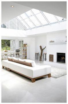 Weisse Wohnzimmereinrichtung Dachfenster Holz Elemente Kamin