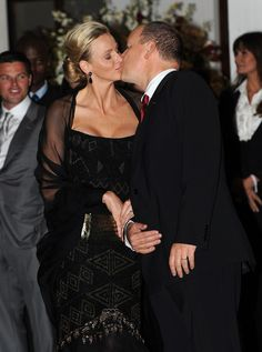 Princess Charlene of Monaco and Prince Albert II of Monaco kiss prior to a dinner party at Oyster Box on July 7 2011 in Durban South Africa Fürstin Charlene, Princesa Charlene, Albert Monaco, Prince Albert Of Monaco, Michael Bolton, Grace Kelly Wedding, Monaco Princess, Princess Alexandra, Monaco Royal Family