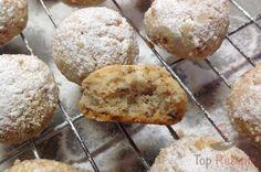 Im Originalrezept waren Pekannüsse angegeben, aber ich verwende Walnüsse. Die Kekse sind richtig zart, schmecken nach Nüssen und Butter und zergehen auf der Zunge. Sie weisen nur einen Fehler auf – sie werden immer viel zu schnell aufgegessen :)