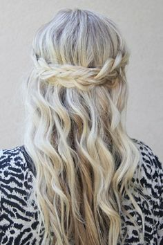 coiffure avec tresse, style boho chic et cheveux libres ondulants