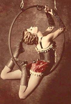 Jean COCTEAU : Miss aérogyne, femme volante Pigeon vole ! Aérogyne. Elle ment avec son corps Mieux que l'esprit n'imagine Les mensonges du...