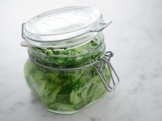 Toms enkla recept på pressgurka. Spela klippet för att se hur gör steg för steg! Pickles, Cucumber, Mason Jars, Favorite Recipes, Toms, Cooking, Gluten, Dragon, Kitchen